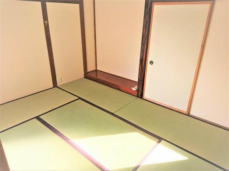 和室 【リフォーム済】こちらは1階和室の様子です。今回のリフォームで耐震補強工事を行ったため、壁を一度壊し、筋交いや柱の状態を確認しました。そのうえで、耐力壁や金具を入れて補強を行っています。畳は表替えを行いました。