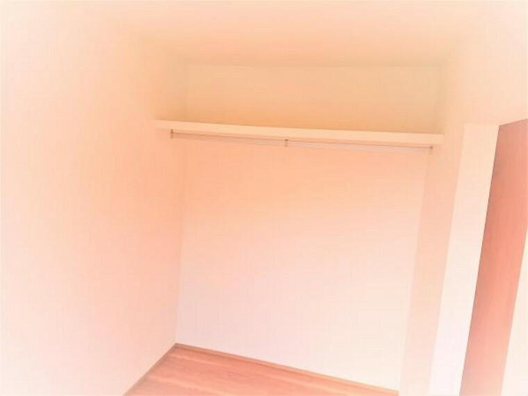 ウォークインクローゼット こちらは2階7畳洋室とつながっているウォークインクローゼットの様子です。フローリング、クロスの張替え、照明交換などを行いました。南側に窓もあるので、物干しスペースにも良いですね。