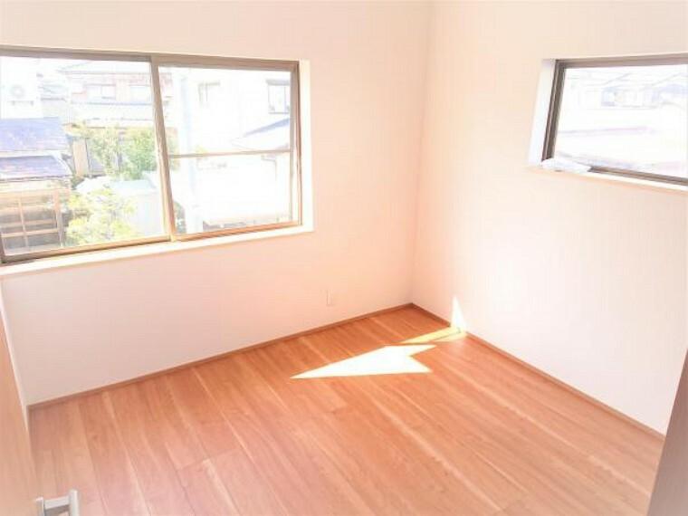 洋室 【リフォーム済】こちらは2階4.5畳の洋室の様子です。今回のリフォームでフローリング、クロスの張替えなどを行いました。お子様の部屋として使用されてはいかがでしょうか。