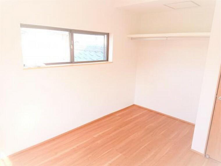 洋室 【リフォーム済】こちらは2階4.5畳洋室の別角度写真です。収納スペースには服などをかけられるように枕棚とパイプを設置しました。