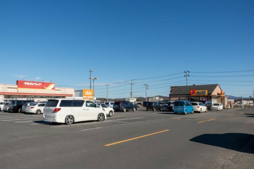 ショッピングセンター 【周辺環境】エイトタウン本宮様まで3300m(車7分)。近くにショッピングセンターがあると何でもそろうので便利ですね。