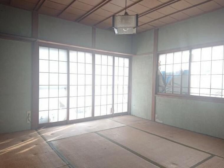 【リフォーム中】西側8畳の和室だった部屋は、床にフローリングを張り、壁と天井のクロスを貼り換え洋室に仕上げます。