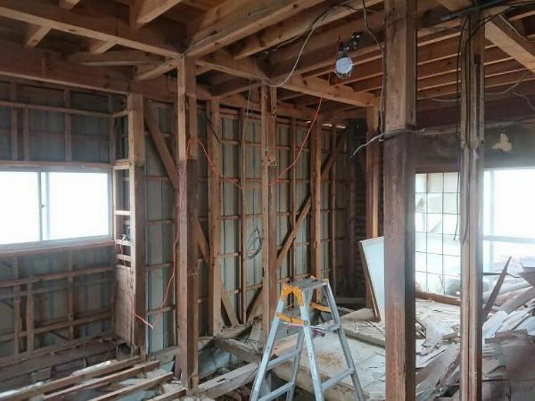 居間・リビング 【リフォーム中】和室だった部屋は壁床撤去して、これから床にフローリングを張り、壁と天井のクロスを貼り換えリビングに仕上げます。