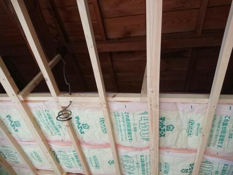 【リフォーム中】2階西側6畳和室だった部屋は、天井に断熱材を入れています。これから床にフローリングを張り、壁と天井のクロスを貼り換え洋室に仕上げます。