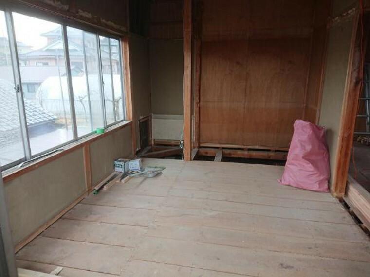 【リフォーム中】2階東側6畳和室だった部屋は、床にフローリングを張り、壁と天井のクロスを貼り換え洋室に仕上げます。