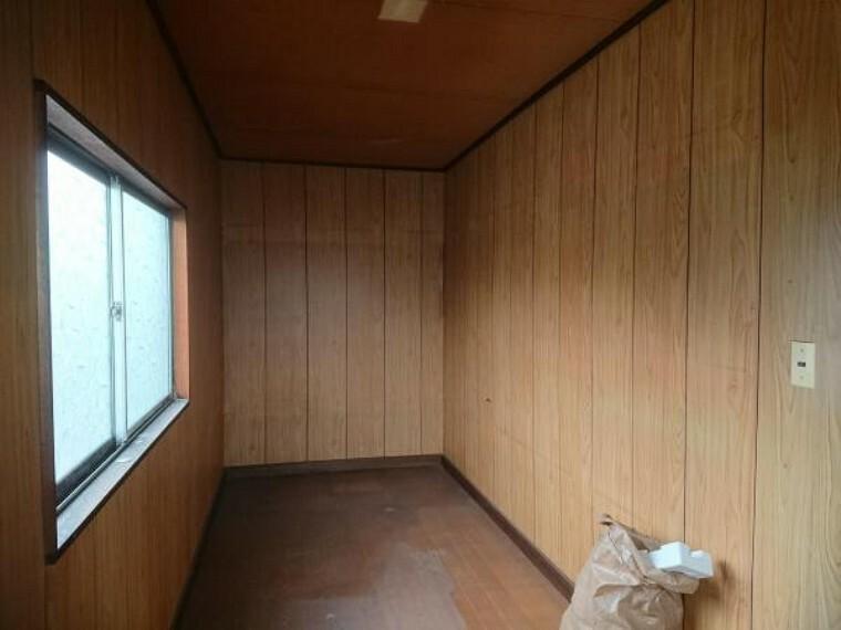 【リフォーム中】北側の納戸です。壁と天井のクロスを貼り換え棚を解体し、広く使える納戸にします。