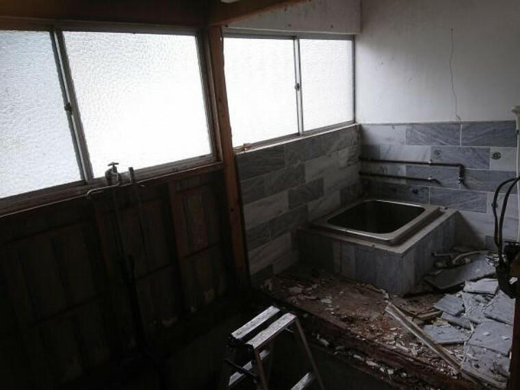 浴室 【リフォーム中】古いお風呂を解体しています。これから新品のTOTO製のユニットバスに交換予定です。1坪のゆったりとしたユニットバスで日々の疲れを癒してみてはいかがでしょうか。