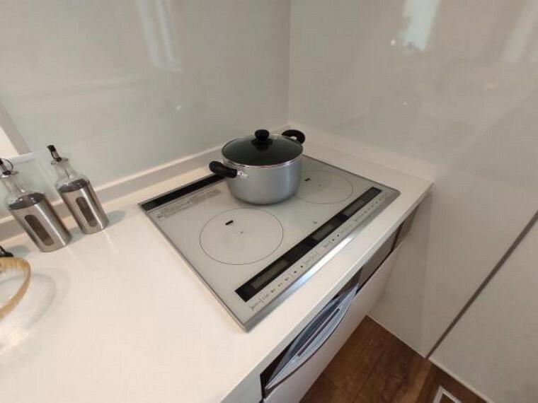 キッチン IH3口コンロ、グリル付システムキッチンでお料理もラクラクですね
