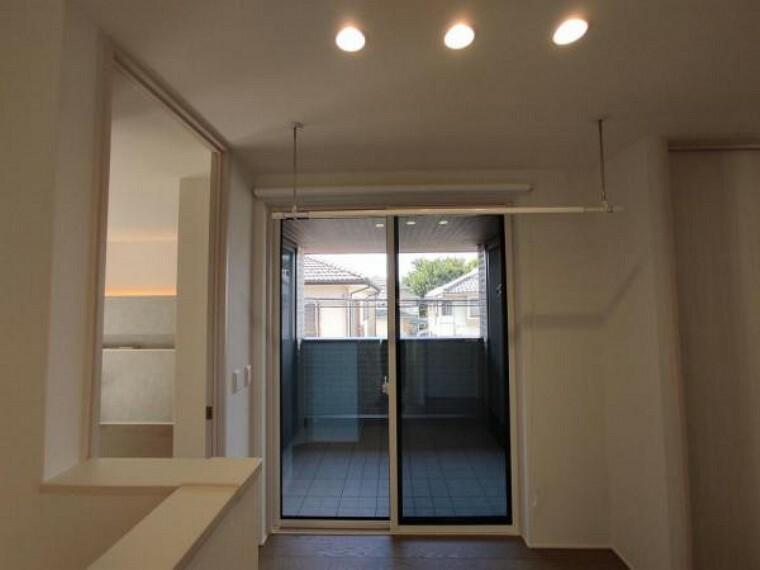 部屋の内部に物干し竿をかけるスペースがあります。