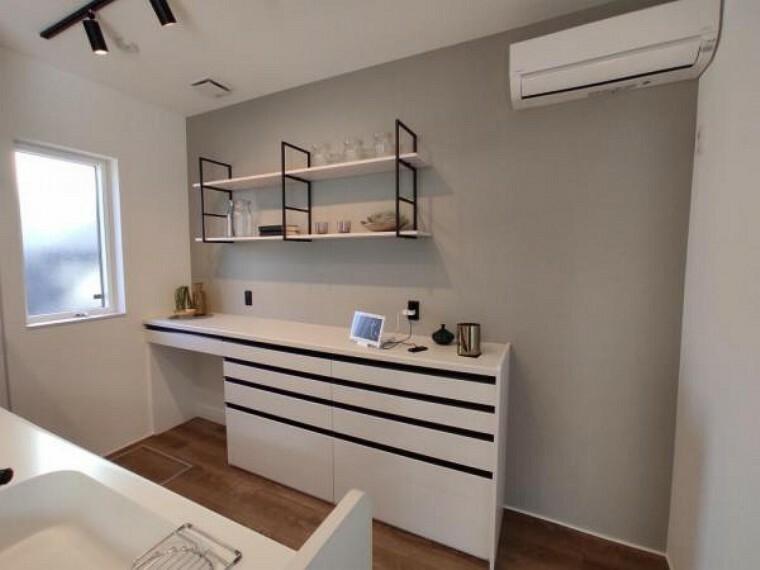 収納 キッチン横の便利な収納付でたくさんの荷物もスッキリ収納できますね。