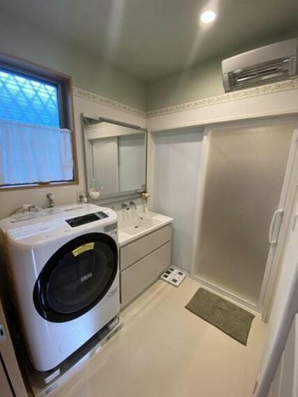 脱衣場 収納スペース豊富な洗面化粧台は生活感の出やすい小物をスッキリしまっておけます
