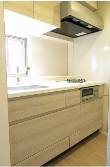 キッチン 窓付きキッチン/人造大理石天板・浄水機能付き水栓