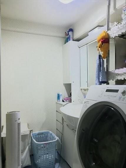 洗面化粧台 洗面台横にランドリーコーナーもゆったり。ドラム式洗濯機も置くことができます。