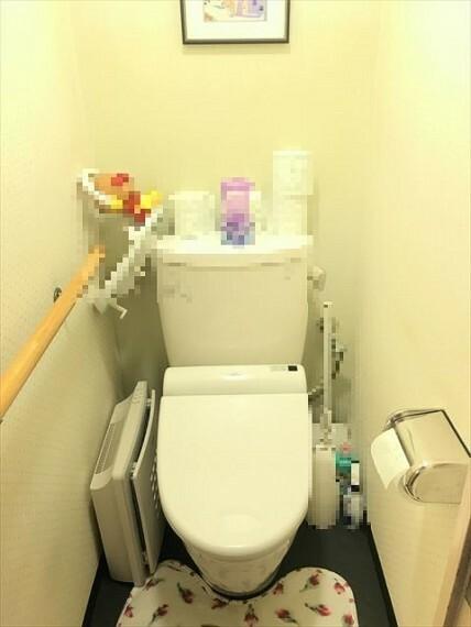 トイレ 白を基調としたシンプルな壁紙のトイレです。手すりが付いています。