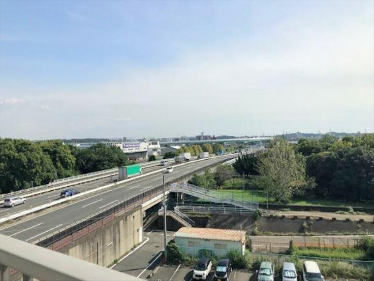 眺望 南向きバルコニーからの眺望写真です。名四国道が見えます。