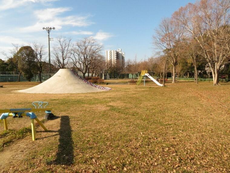 公園 【元塩公園】 有料テニスコートあり。 富士山すべり台など遊具もあり、広い公園です。 無料駐車場もあるので、車でのお出かけも安心です。