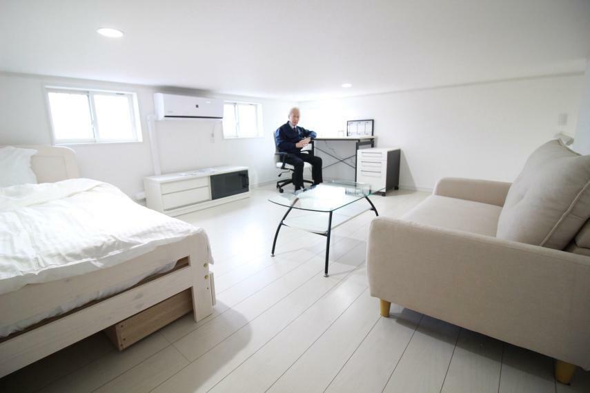 洋室 【約12帖中3F寝室兼書斎】天井高1m40(同仕様)  エアコン、シングルベッド、デスクセット、ソファーセット、TVボード付で  生活空間として充分使えます。