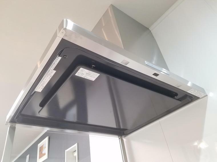 【キッチン レンジフードファン】 カンタンに取り外せて、頑固な汚れもサッと取れるホーロー整流板