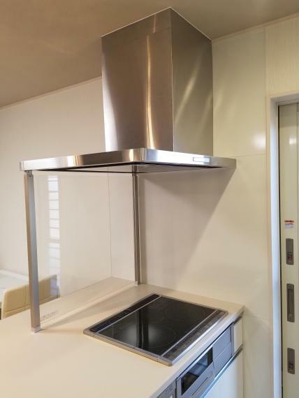 【キッチン オイルガード】 IHの前には全面オイルガード付なので、調理中の油の飛散が防げます。