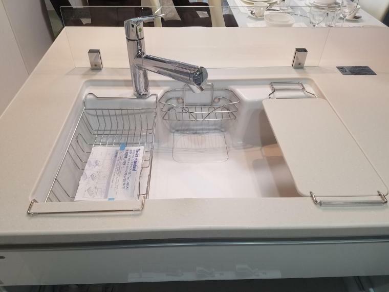 【 キッチン アクリル人造大理石シンクと浄水器内蔵型シャワー水栓】 接合部に段差・スキ間がなくお掃除カンタン シャワーヘッドが引き出せるのでシンク内のお手入れもカンタンです  水切りかご、追加調理台付 ウォーターガード付なので水はねの心配もありません。