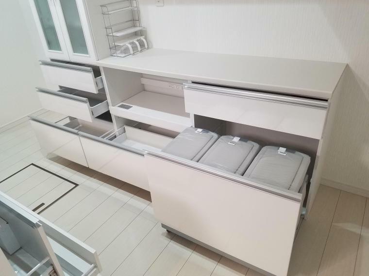 【キッチン 家電・食器収納付 】 大型家電食器収納付です。スライドなので奥までよく見えます。スライド引出しが静かに閉まるソフトクローズ機構付
