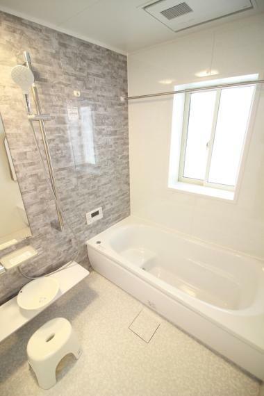 浴室 【1.25坪システムバスルーム】  多彩に活躍する浴室乾燥暖房機、半身浴タイプの浴槽、目隠し窓仕様