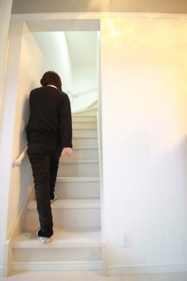 【2Fロビーより中3Fに上る階段】 荷物を持ってそのまま上れるので便利です
