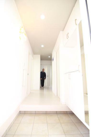 玄関 【ホワイトを基調とした明るく広い玄関ロビー】 鏡付の玄関収納付