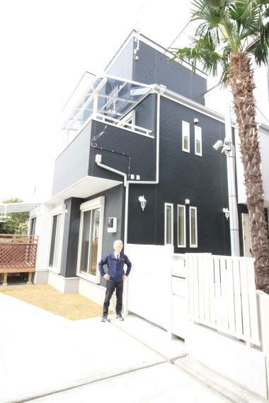 現況外観写真 広い庭園より宅配ボックス付ポストと門扉のある玄関へのアプローチ
