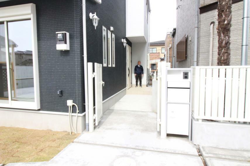 現況外観写真 便利な宅配ボックス付ポストと門扉のある玄関へのアプローチ