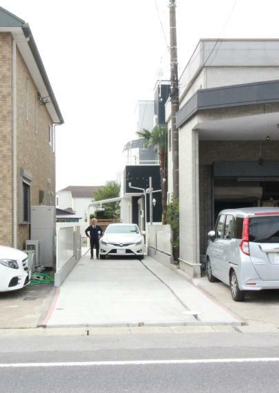 現況外観写真 県道歩道より幅3mの邸内アプローチ兼車庫スペース