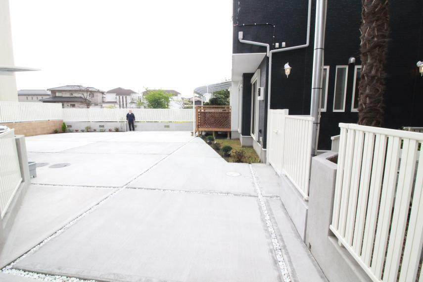 現況外観写真 「美アート」コンクリート&ホワイトストーン張りと芝生張りの広い庭園