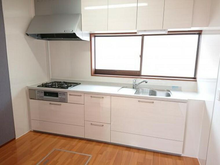 キッチン キッチンは永大産業製幅2550mmの新品に交換しました。天板は人工大理石製なので、熱に強く傷つきにくいため毎日のお手入れが簡単です。