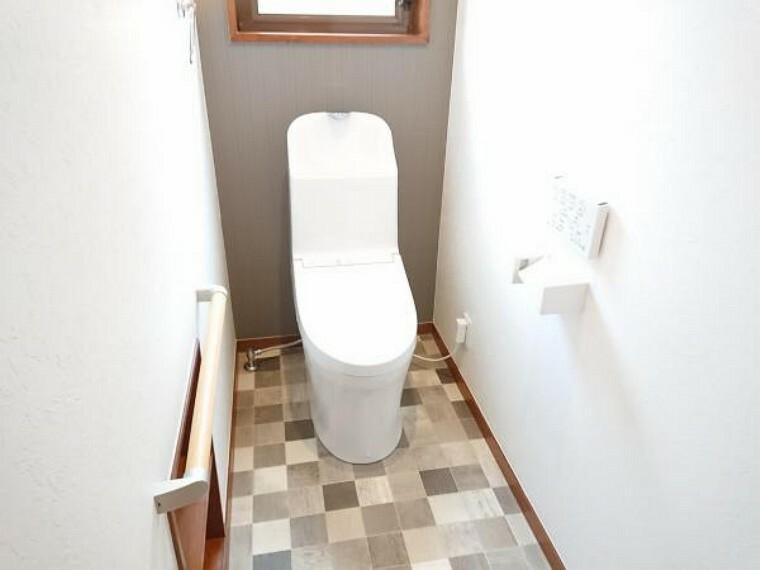 トイレ トイレはTOTO製のウォシュレット付きに新品交換しました。表面は凹凸がないため汚れが付きにくく、継ぎ目のない形状でお手入れが簡単です。節水機能付きなのでお財布にも優しいですね。