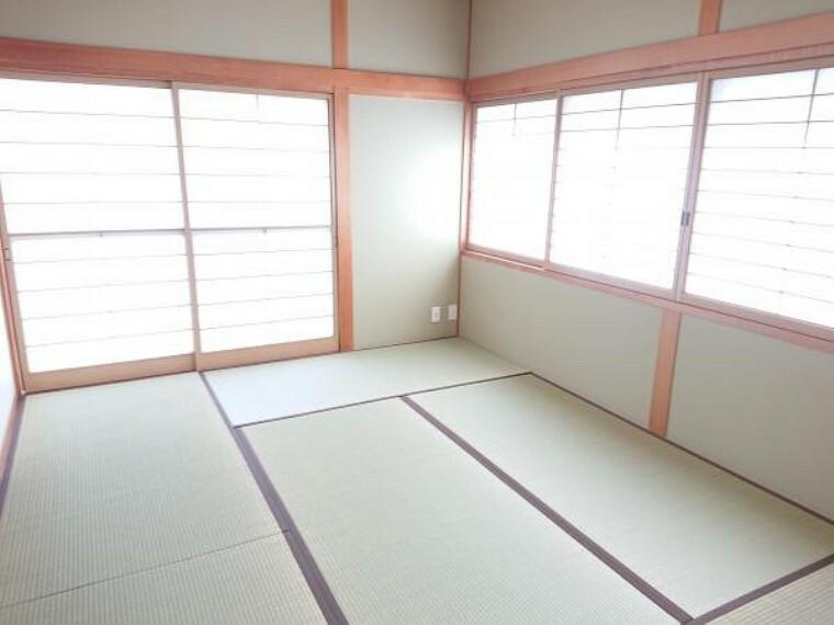 和室 1階和室6畳です。クロス張替え、畳表替え、障子襖張替え、照明器具交換しました。イグサの香りで落ち着いた時間をお過ごしください。