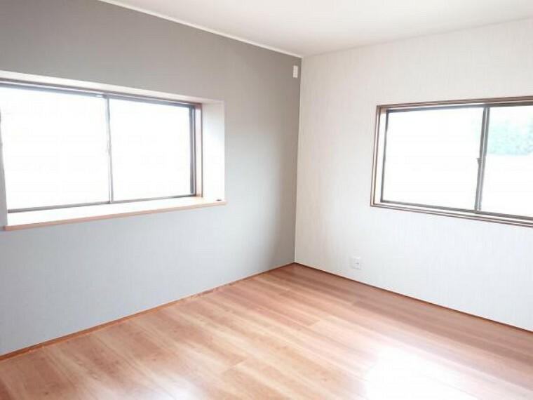 洋室 2階東側洋室7.2帖です。クロス張替え、フローリング重張り、照明器具交換しました。クローゼットがありますのでご夫婦の寝室として使っていただけます。
