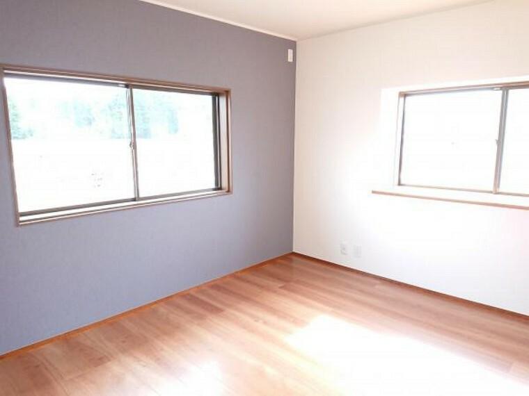 洋室 2階西側洋室7.2帖です。クロス張替え、フローリング重ね張り、照明器具交換しました。壁一面だけアクセントとして違うクロスを張り、奥行のあるお部屋に仕上がりました。