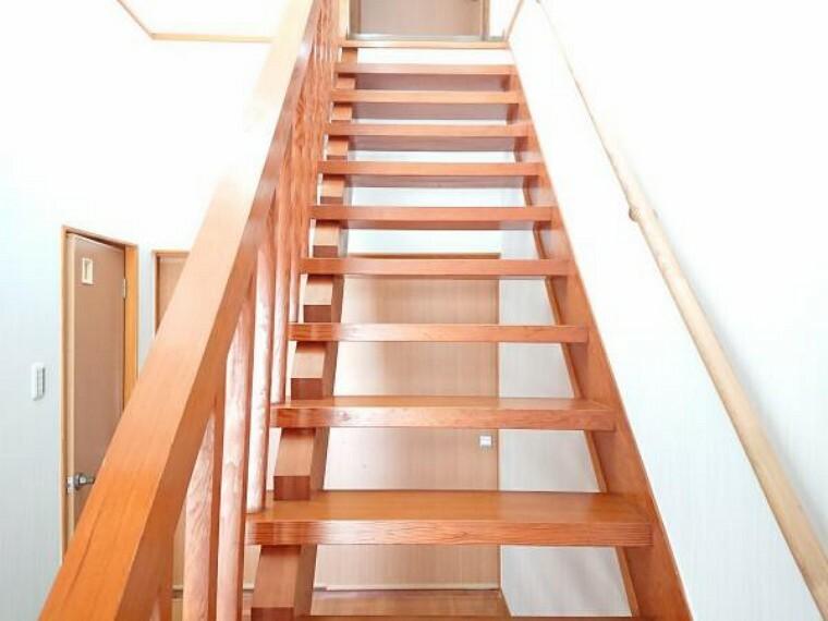 階段です。クロスを張替え、手摺を新設しました。小さなお子様や高齢の方でも安心して階段の昇り降りができます。