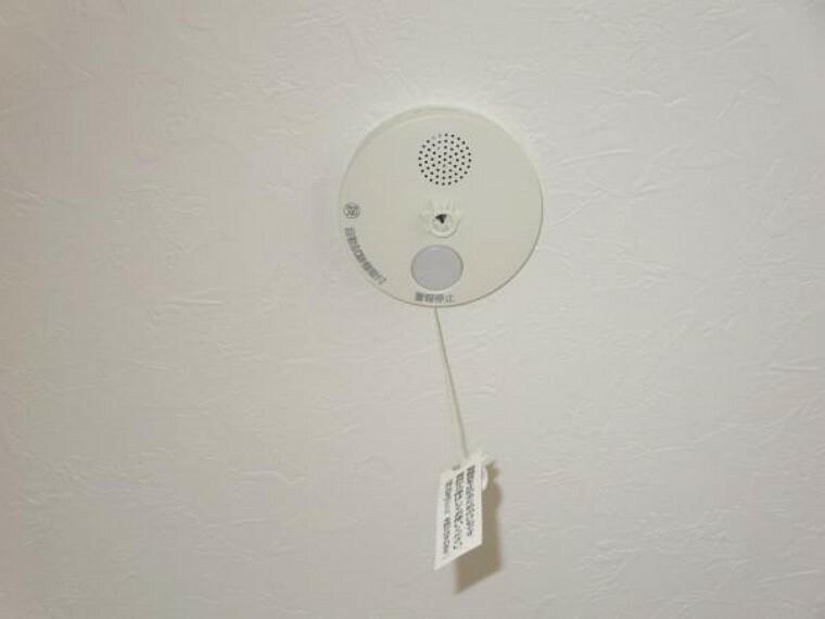 火災警報器を新設しました。電池式薄型単独型で、キッチンには熱感知式、お部屋には煙感知式を設置しました。聞こえやすい警報音と音声で、緊急事態を素早く知らせてくれます。