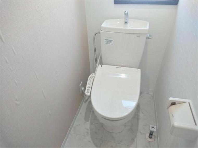 トイレ [リフォーム後_トイレ]1階トイレはLIXIL製の温水洗浄機能付きに新品交換しました。キズや汚れが付きにくい加工が施してあるのでお手入れが簡単です。直接肌に触れるトイレは新品が嬉しいですよね。