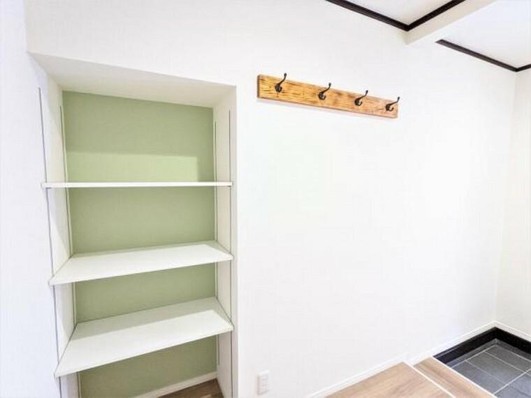 収納 [リフォーム後_ホール]玄関ホールにある収納とウォールハンガーです。枠ごと建具を撤去して、ダボレールを設置しました。棚としても利用できるので様々なものを置くことが出来ます。