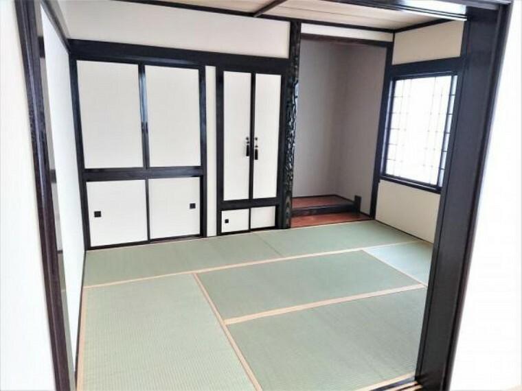 [リフォーム後_和室]リビング横1階6帖和室です。畳の表替え、クロス張替、木部塗装しました。リビング横にあるので、すぐに横に慣れたり、客間としても使うことが出来て便利です。