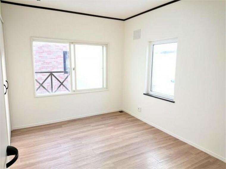 [リフォーム後_洋室]2階洋室です。リビング同様のリフォームに加え、TVジャックやオイルコックを新設しました。