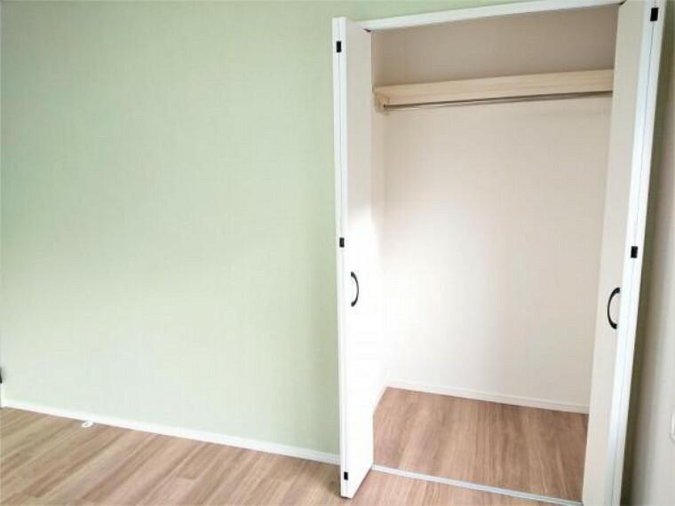 収納 [リフォーム後_収納]建具交換をしてクローゼットにしました。各部屋に収納があると便利ですよね。