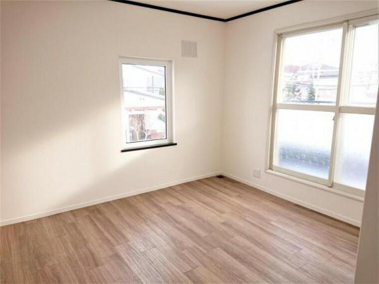 [リフォーム後_洋室]2階洋室です。バルコニーもあり明るいお部屋となっております。収納もあるため過ごしやすいお部屋です。