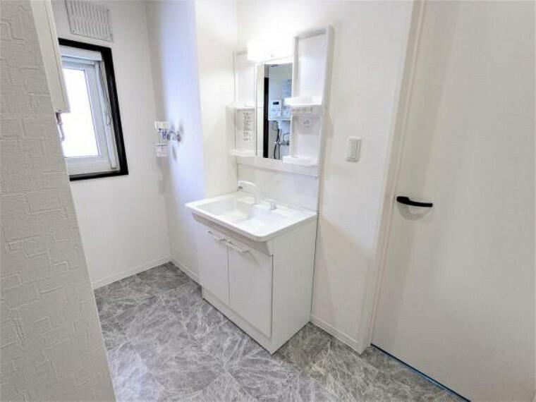 [リフォーム後_洗面所]洗面所の写真です。洗面台交換、ボイラー交換、クッションフロア上張り、クロス張替、照明交換しました。