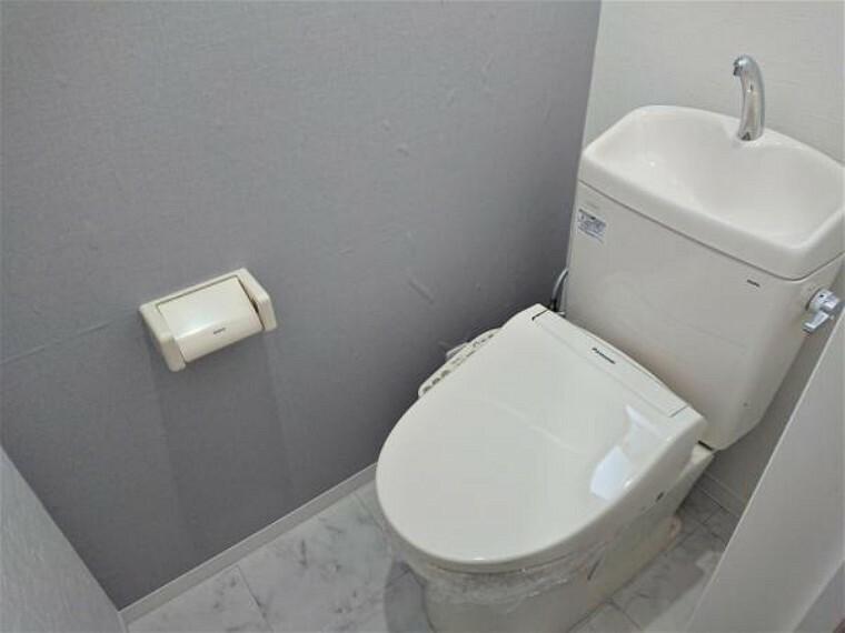 トイレ [リフォーム後_トイレ]2階トイレはLIXIL製の温水洗浄機能付きに新品交換しました。キズや汚れが付きにくい加工が施してあるのでお手入れが簡単です。直接肌に触れるトイレは新品が嬉しいですよね。