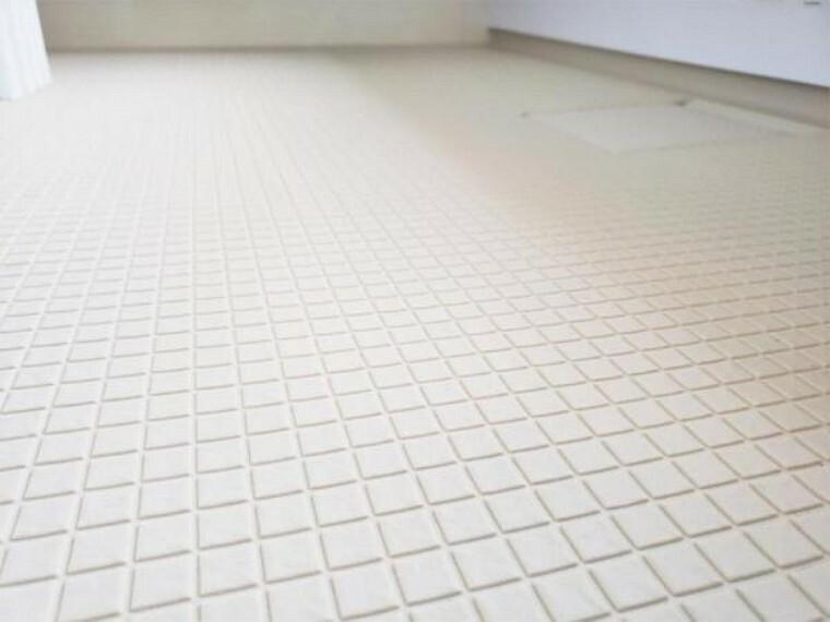 浴室 【同仕様写真】新品交換するユニットバスの床は規則正しいパターンの加工がされていて滑りにくくなっています。また、水はけがよく乾きやすいので、翌朝にはカラッと乾きます。