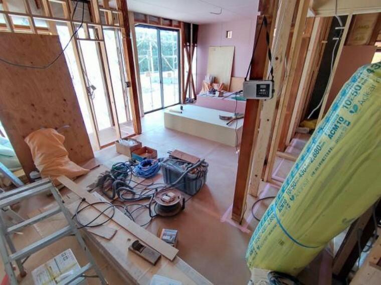 居間・リビング 【リフォーム中写真4/11撮影】リビングは1階和室2部屋の間取り変更を行い14帖分の広さを確保します。クロスとフローリングの張替えを行い、新品交換する南側の窓から明るい光が差し込む空間に仕上がります。
