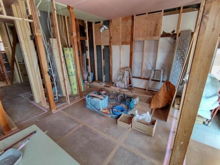 キッチン 【リフォーム中写真4/11撮影】キッチンは新品システムキッチンに交換予定。毎日お料理してくれるママの声を取り入れた設計でお掃除しやすい人工大理石天板や、豊富な収納スペースが魅力です。